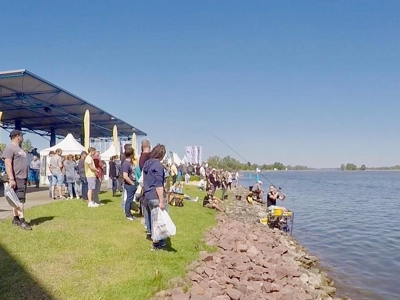 Besucher und Angler am Seeufer - Fishing Masters Show 2018 - Beetzsee - Brandenburg an der Havel - Deutschland